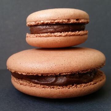 Recette de macarons au chocolat noir combava & baies roses
